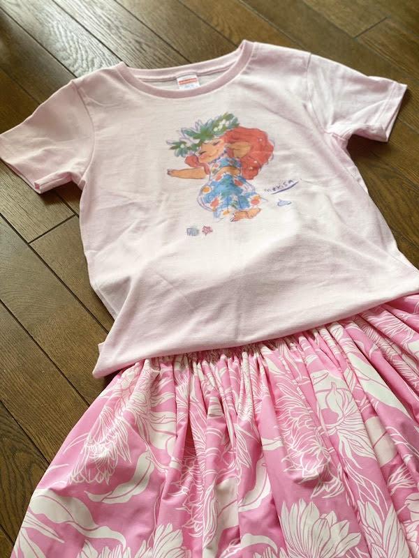 かわいいフラガールTシャツとピンクパウのコーデ
